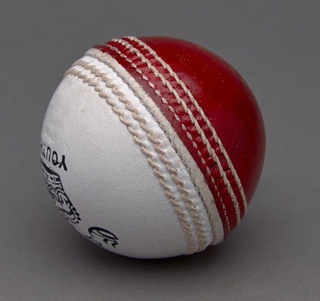 red vs white cricket ball